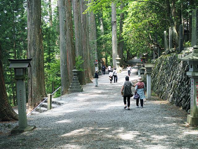 三峰神社内の細道