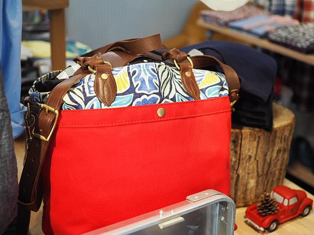 コーディネイトのアクセントにユケテンのトートバッグ。花柄、色合い、どれをとってもお洒落ですね〜。