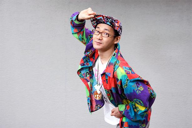"""オトノ葉Entertainmentのラッパーとして数多くの作品をリリース。2014年発売のソロアルバム「メガネデビュー。」は、自主制作ながらiTunesヒップホップアルバムチャートで1位を獲得した。AKB48「Green Flash」のラップ指導や、テレビ番組・CM・映画のラップ監修を務めるなど""""ラップの先生""""としても幅広く活動している。"""