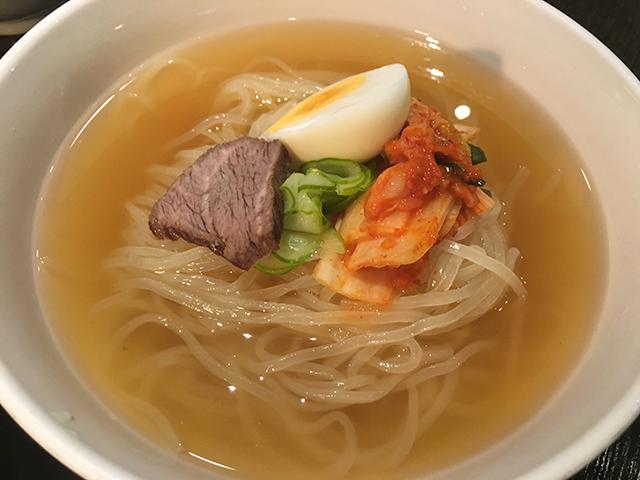 じゃーん!冷麺現る!見て下さい、この澄んだスープ。