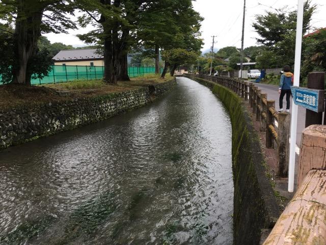 武家屋敷に向かう途中にあった川は、元々は内堀です。