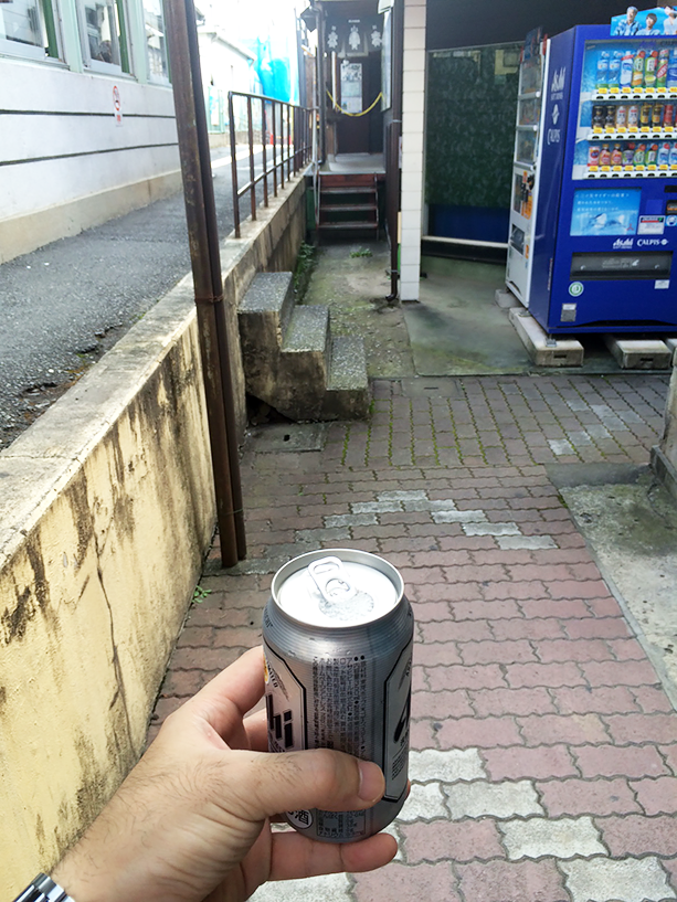 目的地の浦山口駅に行く電車が来るまでは20分。体内電池切れそうなんで、とりあえずビール!