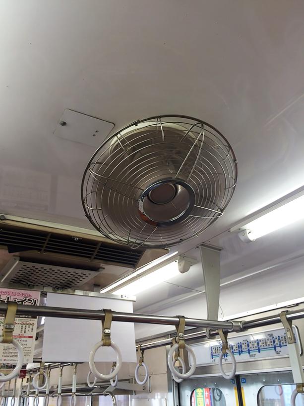 電車の冷房あんま得意じゃないんで、扇風機の風がいい感じです。