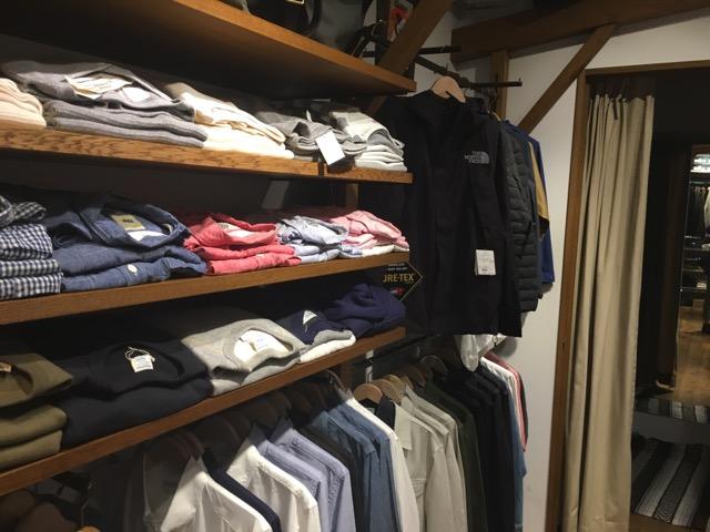 トラッドなスタイルにかかせないシャツも豊富。そしてノースフェイスなど、スポーティなブランドも。