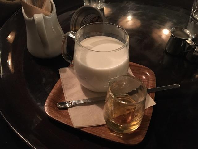 ミルクハーブティ。ほっとミルクにジンジャー、お好みでハチミツを。身体が温まる寒い日に最適なメニューです。