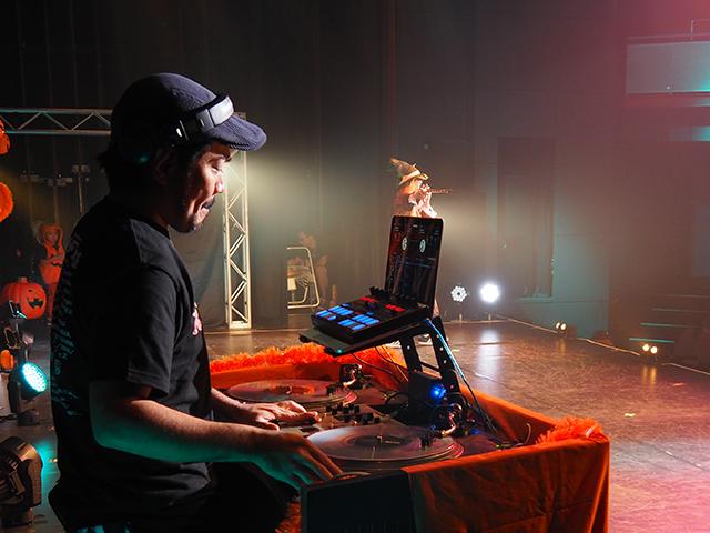 まずはマチーデフ&DJ TORUのLIVEから。