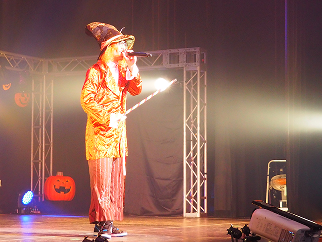MCのKATSU館長もハロウィン仕様で登場し、会場を盛り上げます。