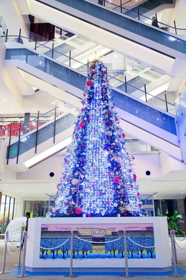 MARK IS みなとみらいの1Fグランドガレリアに設置された『MARK IS Bright Christmas Tree』。ツリー側面の「LEDストリングスユニット」にプログラム制御された映像を映し出し、音と光と映像が織りなす幻想的なショーを繰り広げます。『MARK IS Happy Blue Christmas × DREAMS COME TRUE WINTER FANTASIA 2016』の期間中では特別に、ドリカムの名曲「雪のクリスマス ーVERSION '16ー」に合わせてショーを展開いたします。