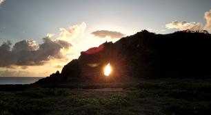 久米島で「ダイヤモンド朝日」を見られるシーズンが到来 1年で夏至の時期だけ見られる、「ミーフガー」の絶景サムネイル